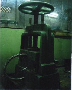 Thiết bị lưu hóa để ép ra mô cao su hay silicon.