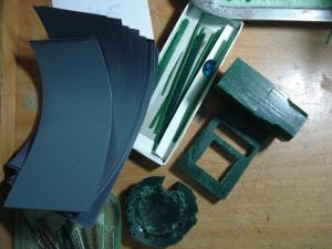 Hình dáng các loại sáp: sáp khối và sáp hình trụ, cùng giấy nhám mịn loại từ 800 – 1500.