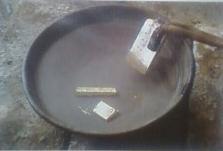 Những thỏi bạc đang được đưa vào dung dịch axit để rửa sạch