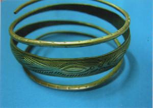 Một chiếc vòng được chạm khắc hoa văn bằng máy móc tay.