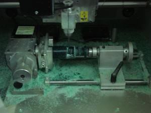 Máy chạy tạo hình trên sáp cứng đang làm việc.